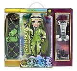 Rainbow High 574781EUC Winter Break Jade Hunter-Grüne Modepuppe mit 2 Outfits, Skiausrüstung und Puppenständer-Snowboard, Schlittschuhe, Accessoires und mehr-Sammelpuppe für Kinder ab 6 Jahren