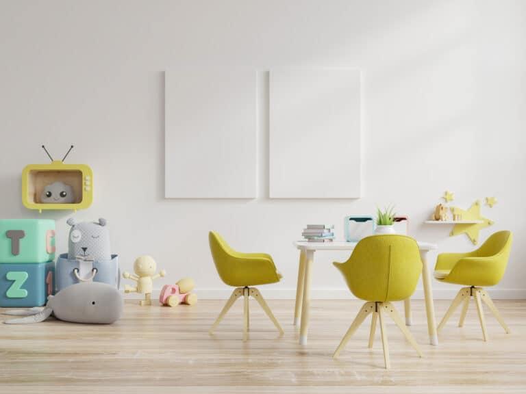 Kindertische mit Stühlen